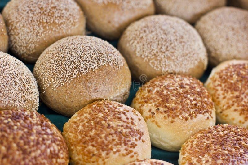 Petits pains frais de pâte à levure avec des clous de sésame et de girofle image stock