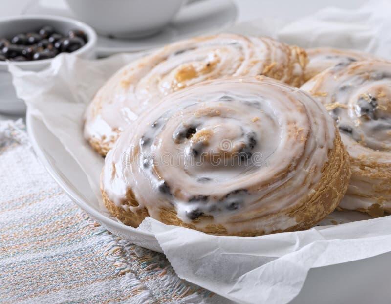 Petits pains français avec de la cannelle et des raisins secs images stock