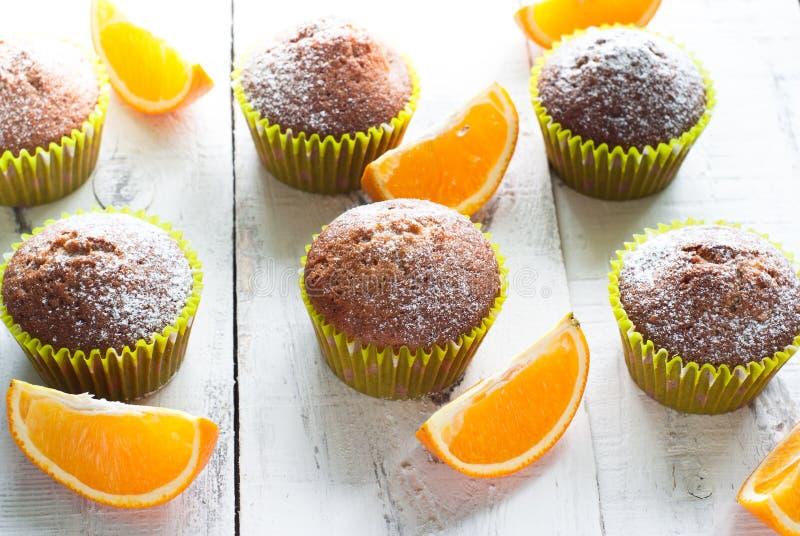 Petits pains oranges à la table image stock