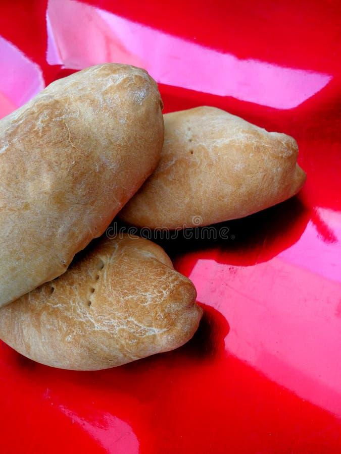 Petits pains remplis sur la cuvette image libre de droits