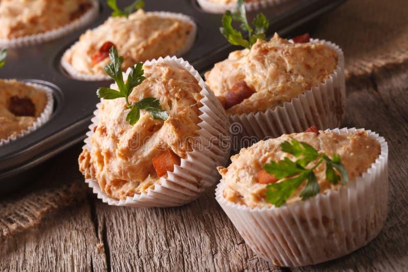 Petits pains savoureux avec le plan rapproché de jambon et de fromage horizontal images stock
