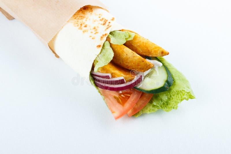 Petits pains savoureux de lavash avec la pomme de terre et les légumes, d'isolement sur le blanc Photo de menu images stock