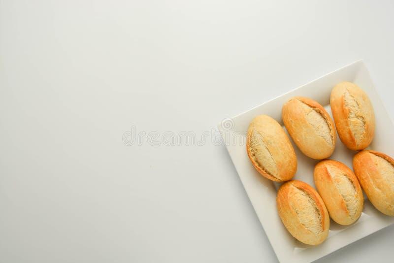 Petits pains simples de pain de blé entier de grain d'isolement sur le fond blanc photos stock