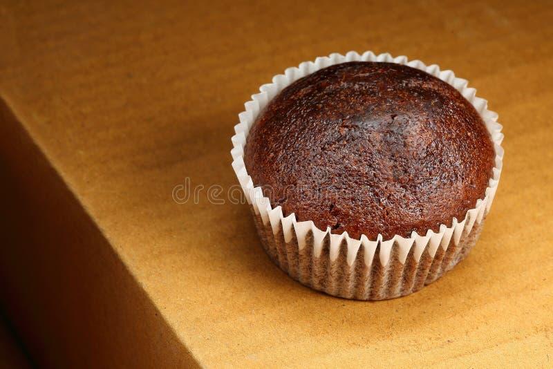 Petits pains sur le fond brun, gâteaux de tasse image libre de droits