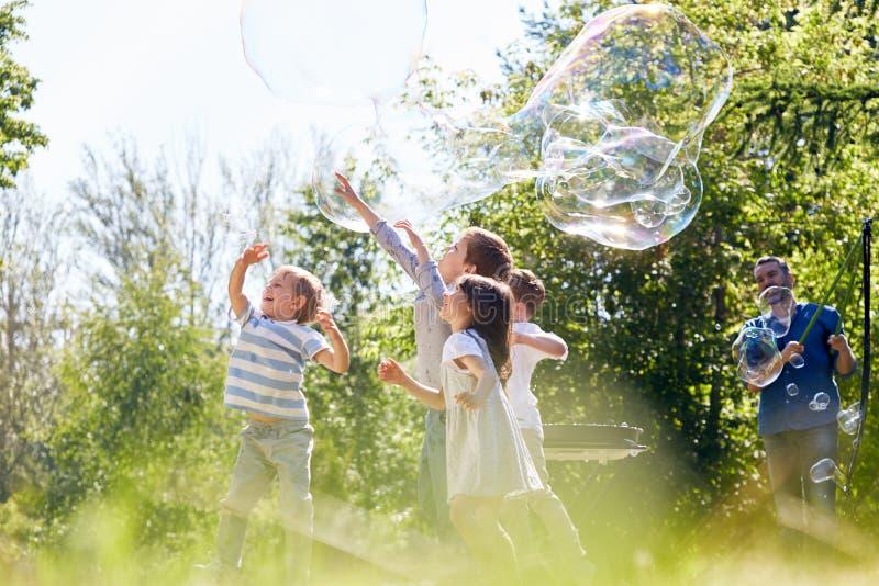 Petits participants d'exposition de bulle de savon photographie stock libre de droits
