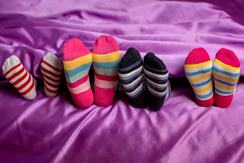 Petits pieds dans les chaussettes colorées photographie stock libre de droits