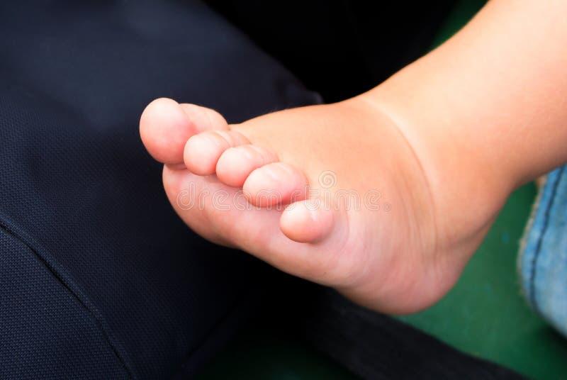 Petits pieds de bébé avec des doigts Pied nu d'enfant nouveau-né Fond de photo de fête de naissance photo libre de droits