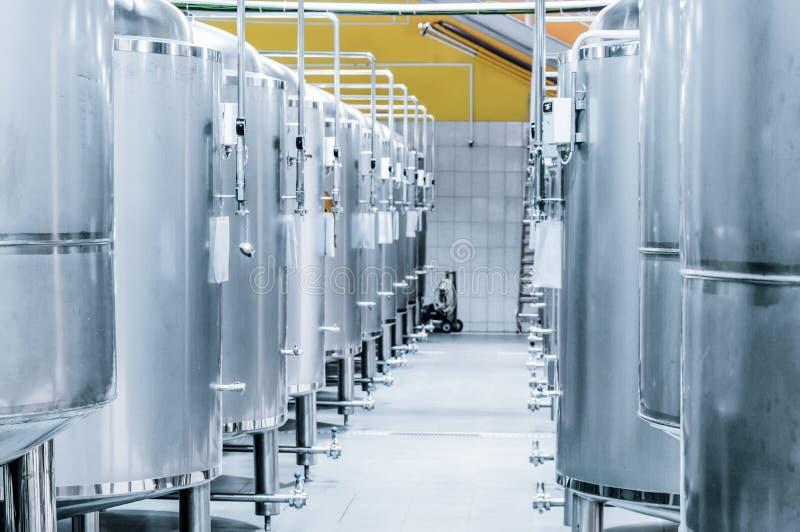 Petits réservoirs en acier pour la fermentation de la bière images stock