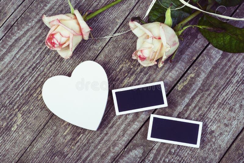 Petits tableaux noirs, coeur blanc et roses images stock