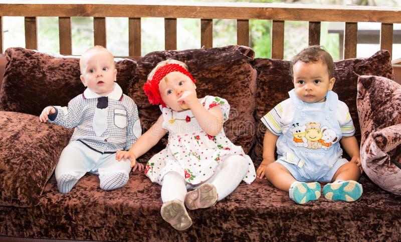 Petits trois enfants : garçons américains et caucasiens noirs et emplacement russe de bébé photos libres de droits