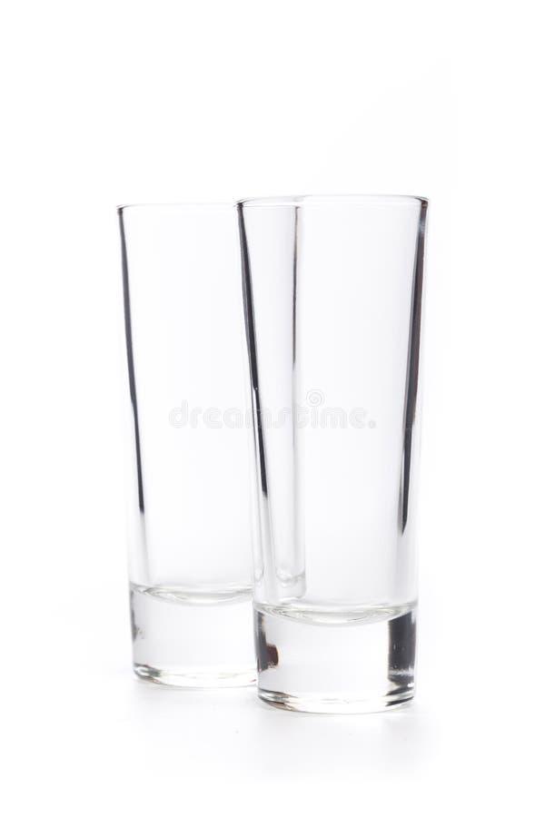 Petits verres vides sur un fond blanc image stock