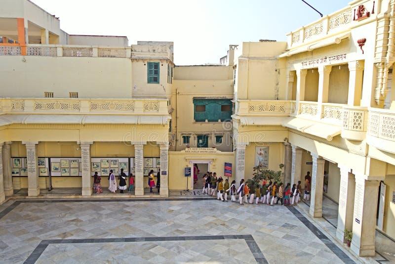 Petits visiteurs dans Kirti Mandir photo stock