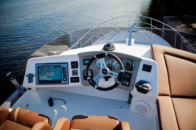 Petits yachts de tableau de bord qui prennent des touristes le long de la rivière de Neva photos libres de droits