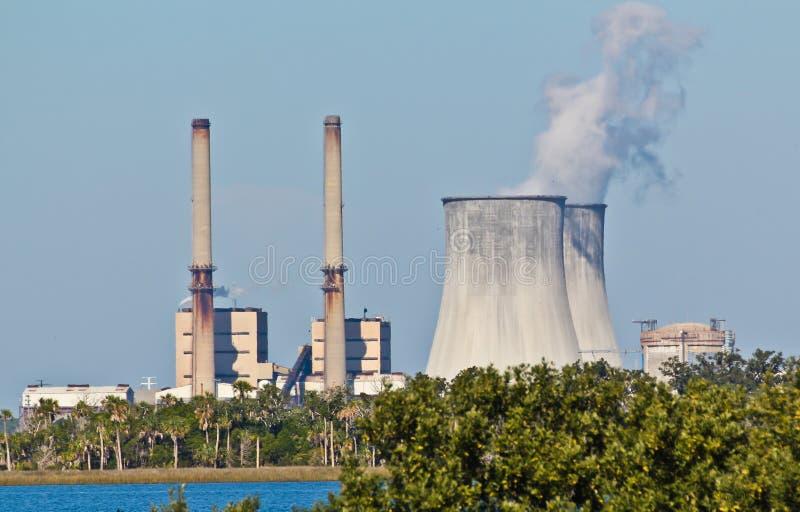 Petróleo combinado - despedido e centrais nucleares imagens de stock