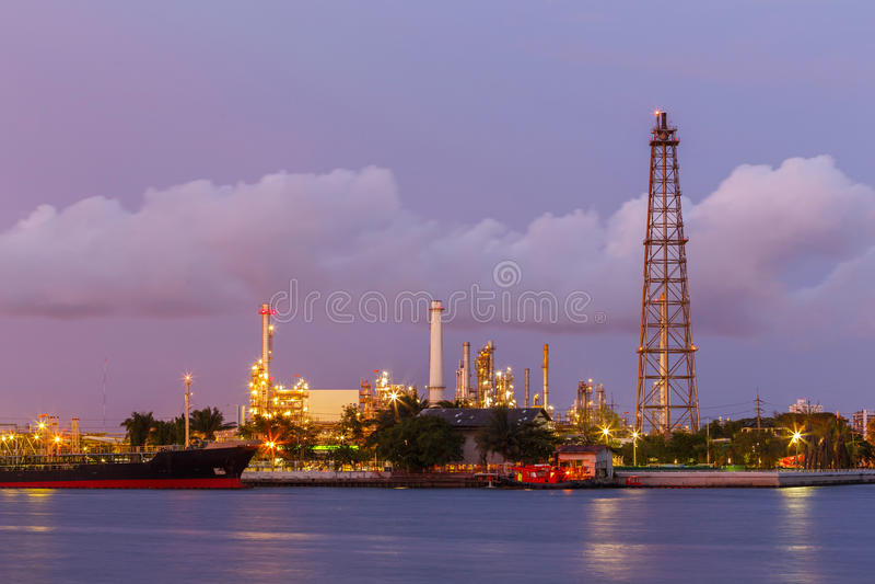 Petróleo crepuscular de la torre de perforación imagen de archivo libre de regalías