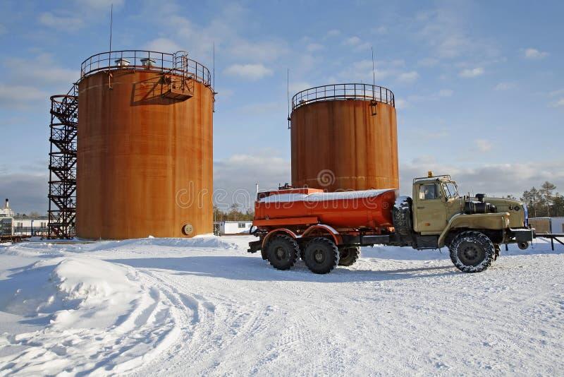 Petróleo crudo del almacenamiento del tanque y camión de combustible foto de archivo