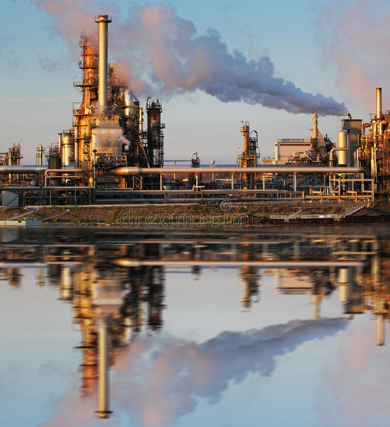 Petróleo e indústria do gás - refinaria no crepúsculo fotos de stock