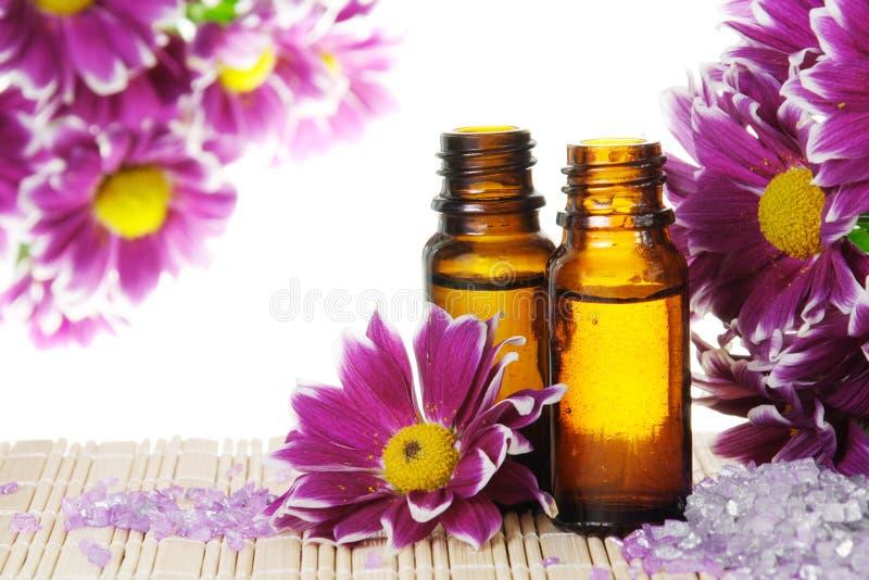 Petróleo esencial con las flores y la sal fotografía de archivo libre de regalías