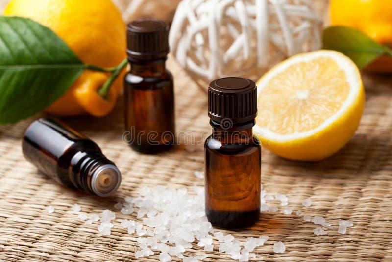 Petróleo esencial del limón imagenes de archivo