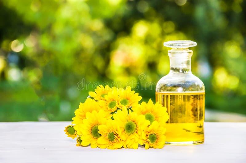 Petróleo essencial Conceito dos termas Elixir da flor e flores frescas Cosmético natural fotografia de stock