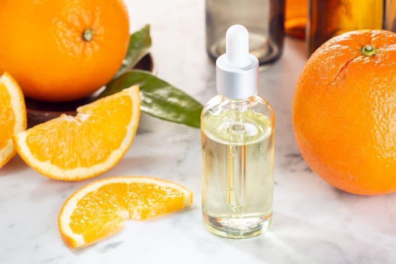 Petróleo essencial da laranja Óleo alaranjado na garrafa de vidro com conta-gotas Óleo do citrino imagens de stock