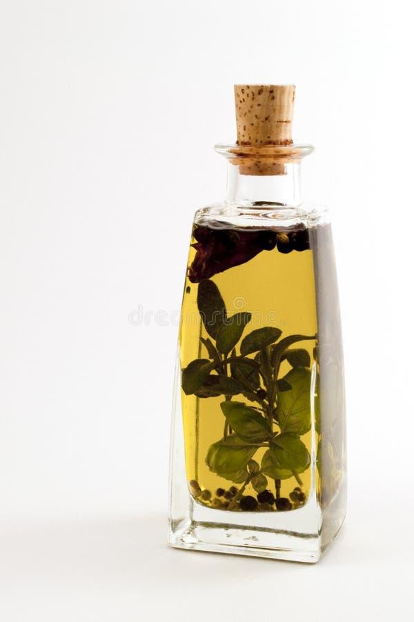 Petróleo verde-oliva 7 ervas no frasco fotos de stock royalty free
