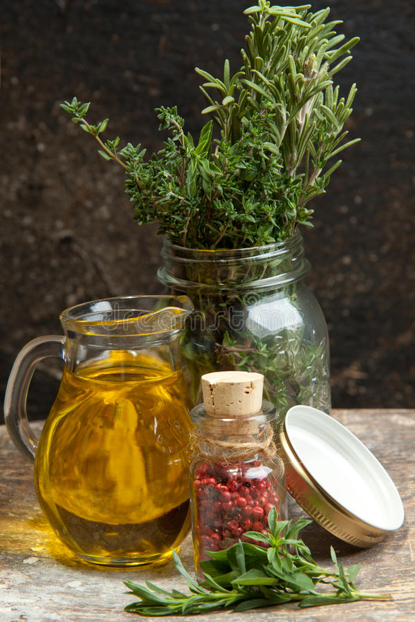 Petróleo verde-oliva com erva de provence fotografia de stock