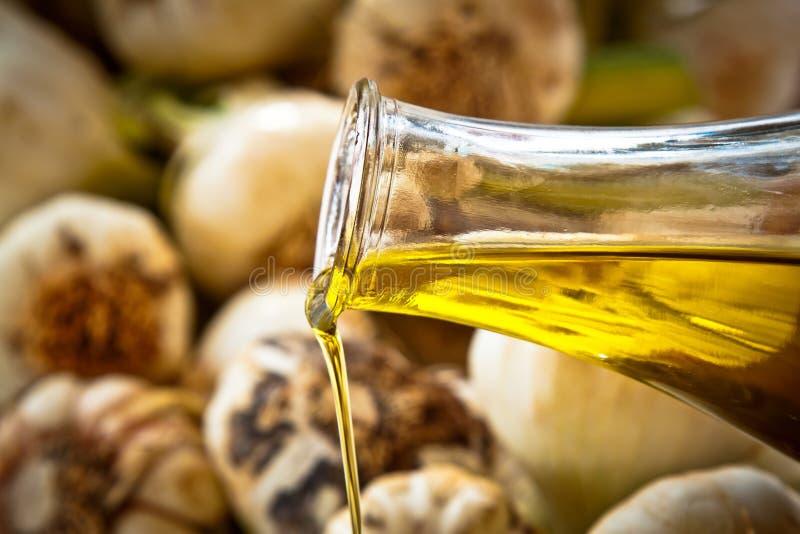 petróleo verde-oliva e alho Extra-virgens, close-up imagem de stock