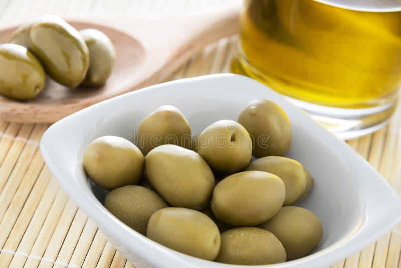 Petróleo verde-oliva e azeitonas imagens de stock royalty free