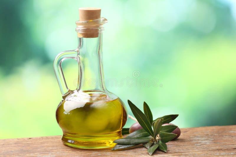 Petróleo verde-oliva e ramo de oliveira fotografia de stock