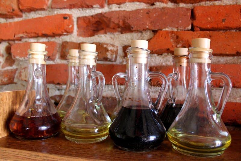 Petróleo verde-oliva e vinagre imagem de stock
