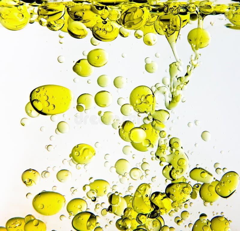Petróleo verde-oliva na água