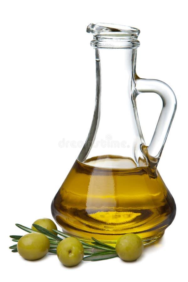 Petróleo verde-oliva no frasco e nas azeitonas isolados imagem de stock