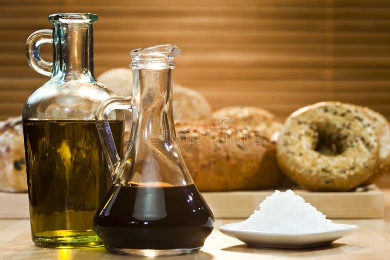Petróleo verde-oliva, vinagre balsâmico, sal e pão rústico imagem de stock royalty free