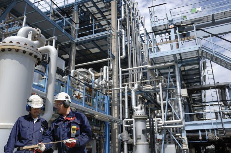 Petróleo y combustible con los trabajadores fotografía de archivo