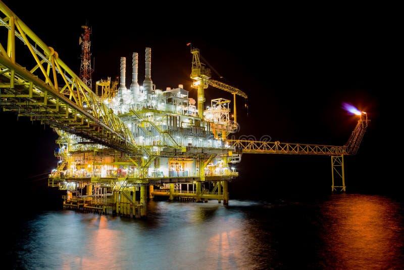 Petróleo y gas que procesa la plataforma en escena de la noche imagen de archivo libre de regalías