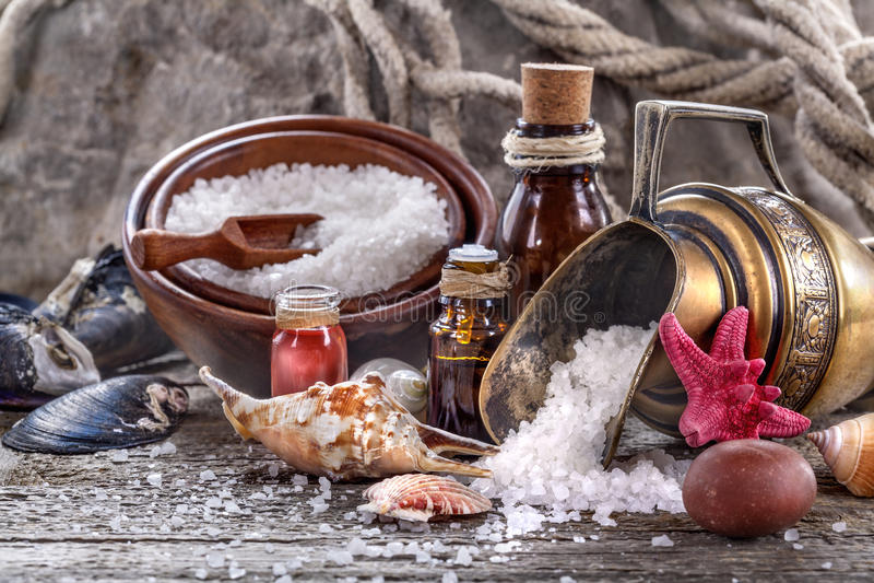 Petróleos esenciales y sal de baño foto de archivo libre de regalías