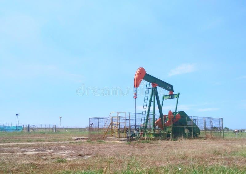 Petr?leo das ind?strias petroleiras de Brunei Darussalam na bomba da terra da costa foto de stock royalty free