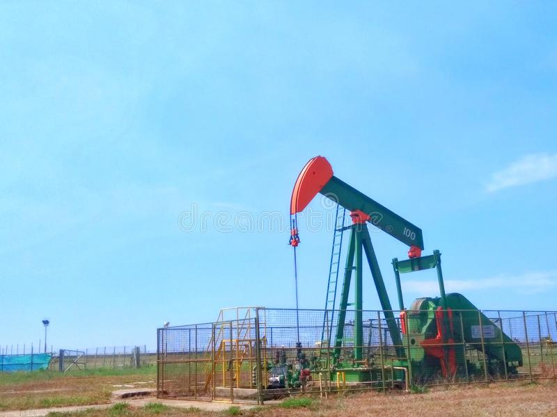Petr?leo das ind?strias petroleiras de Brunei Darussalam na bomba da terra da costa imagem de stock