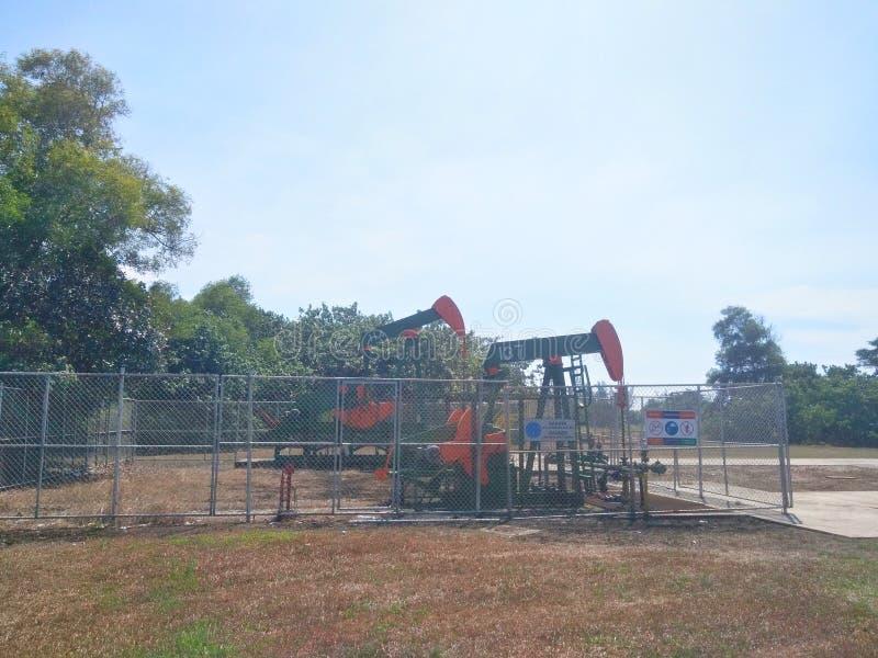 Petr?leo das ind?strias petroleiras de Brunei Darussalam na bomba da terra da costa imagens de stock royalty free