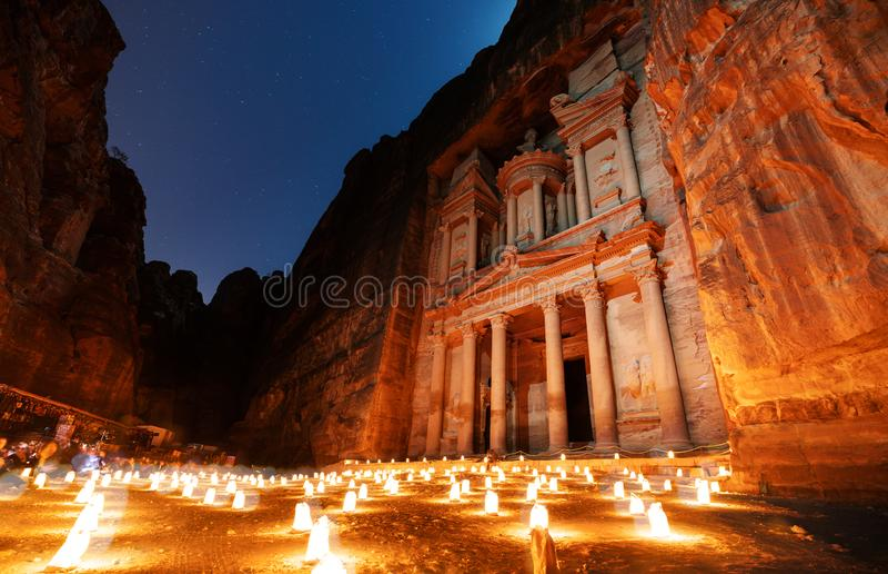 Petra τή νύχτα, αρχαία αρχιτεκτονική στο φαράγγι, Petra στην Ιορδανία Η ροδαλή πόλη τη νύχτα, διάσημος προορισμός ταξιδιού στη Μέ στοκ εικόνες
