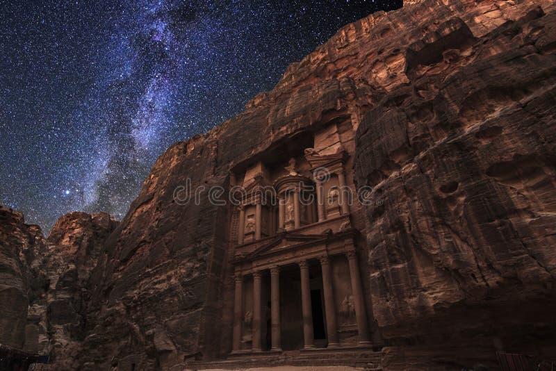 PETRA antico sui precedenti del cielo stellato di notte fotografia stock libera da diritti