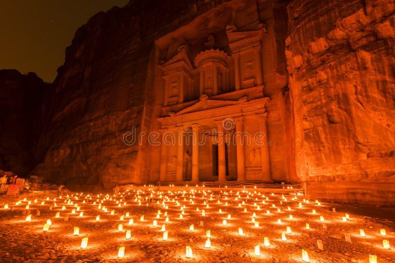Petra bij nacht candlelit en het monument van de schatkist Al Khazneh in Petra archeologisch gebied, Jordanië royalty-vrije stock fotografie