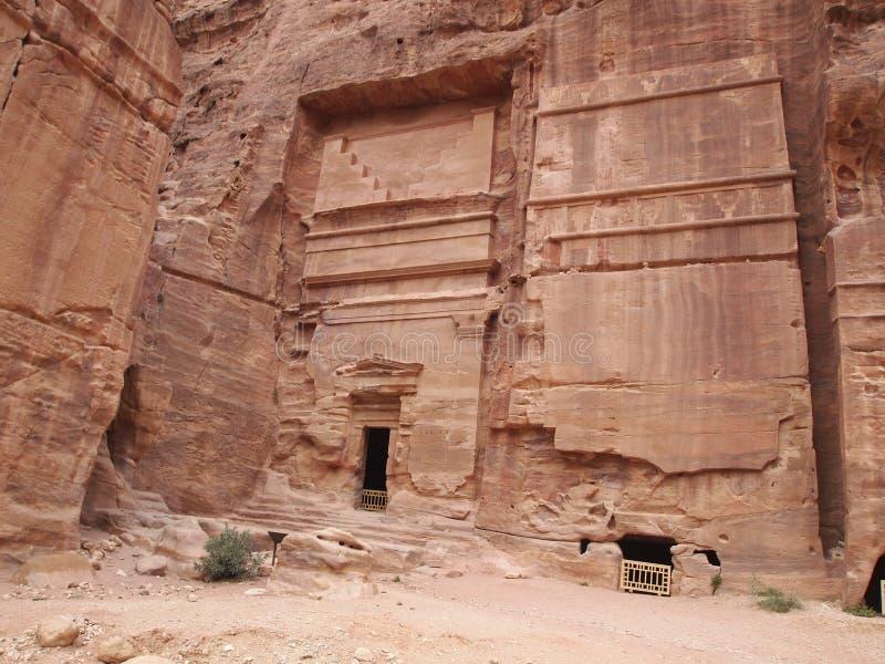 PETRA a découpé dans la caverne antique de montagne dans les montagnes de Petra Jordan images stock