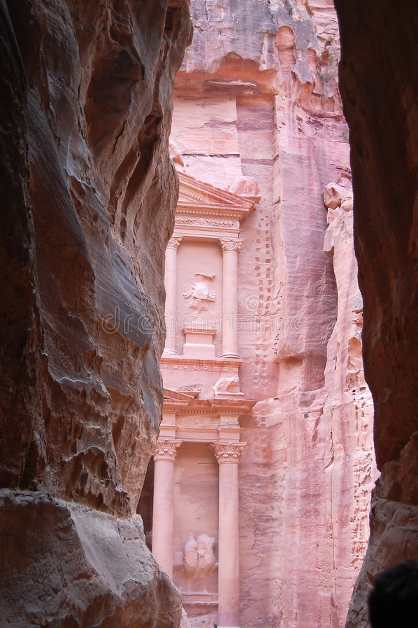 Petra en Jordania. Paso estrecho a un santuario foto de archivo libre de regalías