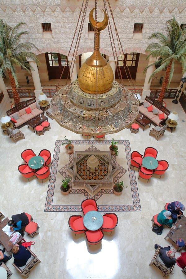 PETRA, GIORDANIA - 10 MARZO 2016: L'atrio magnifico del cortile dell'hotel di Movenpick situato all'entrata del sito immagini stock libere da diritti