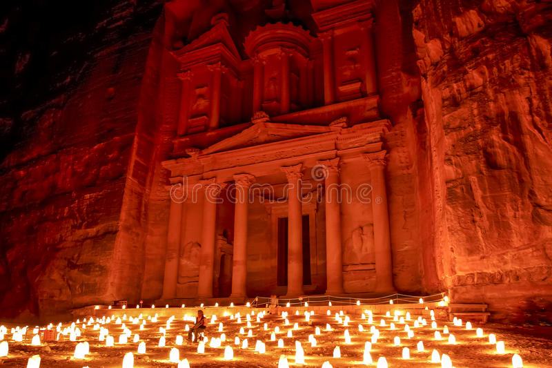 Petra, Jordanië Juli 2014 - Petra 's nachts Verhaal het Vertellen en Prestatiesgebeurtenis stock fotografie