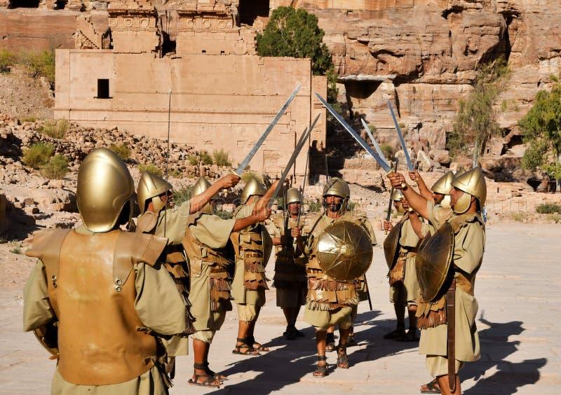 PETRA, JORDANIË - OKTOBER 24: Wederopbouw militaire groep in Petra Wadi Musa 2017 Jordanië stock afbeeldingen