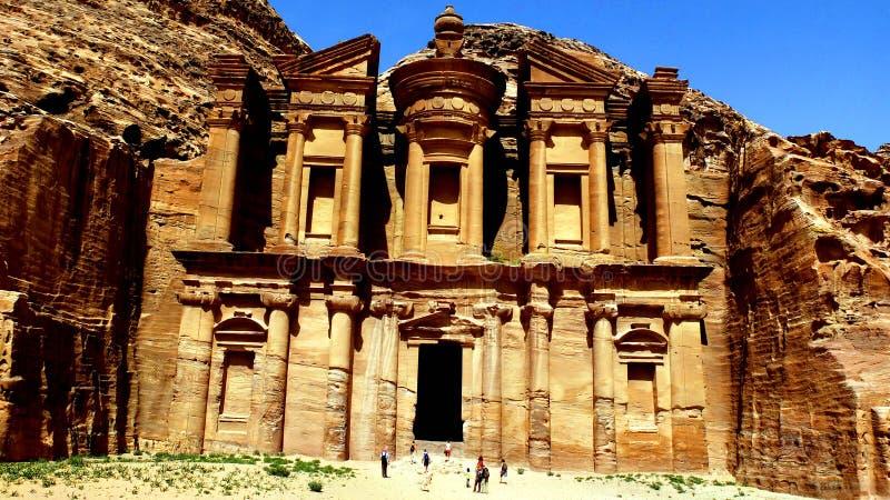 Petra, Jordanië 19 04 2014: Weergeven van hierboven bij wonder van de het Kloostersteen van Advertentiedeir in Petra royalty-vrije stock foto's
