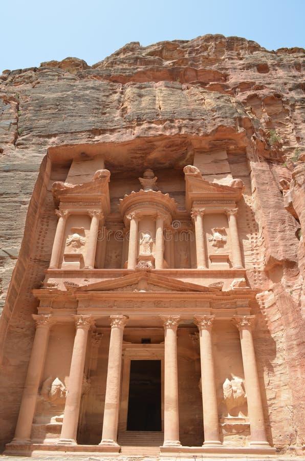 PETRA, Jordania costruzione antica sopra le montagne immagini stock libere da diritti